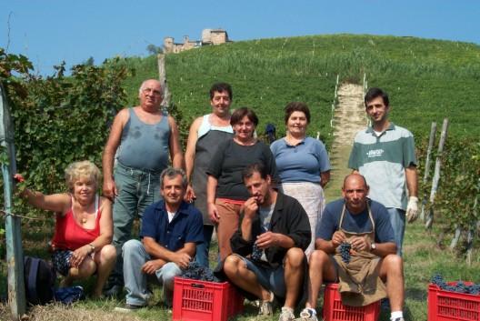 """Het huis van Elio Sandri maakt traditionele Barolo's en Barbera's, maar doet niet mee aan wedstrijden, zendt geen wijnen in voor puntentellingen en heeft niet eens een bord aan de weg om de goed verborgen cantina te vinden. Op de vraag waarom men zo geheimzinnig doet, was het antwoord: """"Wij willen alleen maar goede wijn maken, waar de mensen van kunnen genieten, voor een betaalbare prijs, Basta!"""""""