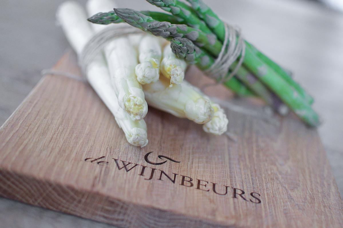 Witte en groene asperges